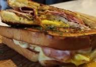 [혼밥의정석] 주말엔 '낮맥' 부르는 핫 샌드위치