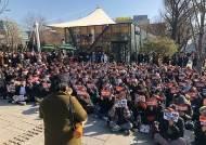 """""""성범죄자 무대 위에서 퇴출하라"""" 미투 운동 지지 나선 관객들"""