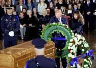 [사진] 그레이엄 목사 추도하는 트럼프 부부