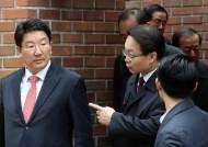 '피의자' 이명박 만난 국회 법사위원장?…권성동 처신 논란
