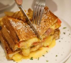 [<!HS>심<!HE>(心)<!HS>식당<!HE>] 치즈가 폭포처럼 흘러 '치즈몬스터' 샌드위치