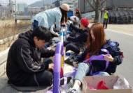 거리를 미술관으로… 벤치·가로등에 색동옷 입힌 대학생들
