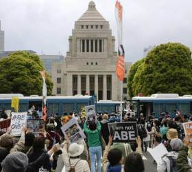 도쿄에 등장한 <!HS>촛불<!HE>·차벽, 한국 닮아가는 아베 퇴진 <!HS>시위<!HE>