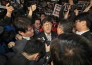 경찰, TV조선 압수수색 시도 중단…기자들과 대치하다 철수