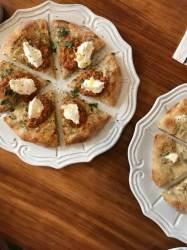 [<!HS>심식당<!HE>] 피자 도우를 먼저 굽고 토핑 올리는 '고메 피자'