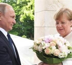 """<!HS>메르켈<!HE>에 꽃다발 선물한 푸틴…독일 언론 """"예의 아닌 모욕"""""""
