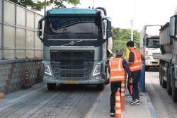 도로 위 흉기 '과적 트럭' 과태료, 韓300만원 美1785만원