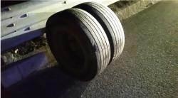 고속도로 위 타이어 '펑'···정비불량 트럭에 운전자들 떤다