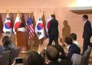 """강경화 """"한미일 외교장관, 김정은 '완전한 비핵화' 의지 재확인"""""""