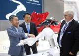 '스마트 팩토리' 원조 독일에 한국 로봇 들고 간 박정원 회장