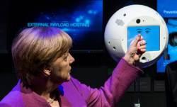 [서소문사진관] <!HS>메르켈<!HE> 총리에게 인사한 AI로봇 '사이먼(CIMON) 우주로...