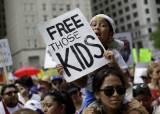 """""""아이를 부모와 떼놓지 말라"""" 미 전역에 최대 反트럼프 시위"""