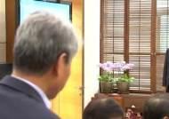 [포토사오정]8일 만에 업무복귀한 문재인 대통령, 표정은 완쾌 목소리는 아직...