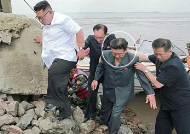 김정은, 폼페이오 보란듯 보트 타고 바위섬 등반쇼
