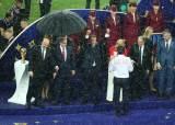선수 안아주는 크로아티아 대통령 비맞게 둔 푸틴