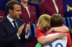 패배한 선수들 따뜻하게 안아준 크로아티아 대통령