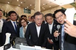 '규제개혁' 속도 내는 문 대통령, 의료기기 규제혁신 현장 방문