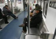 말 많고 탈 많은 지하철 노약자석 아예 없애자