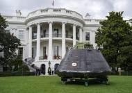 [서소문사진관]백악관 마당에 착륙한 F-35 전투기와 우주선