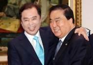 [포토사오정] 문희상 국회의장과 김병준 한국당 비대위원장의 과거 인연은...