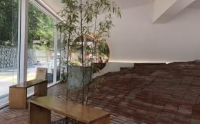 [인스타, 거기 어디?] 테이블 대신 벽돌 언덕에 누워 커피를 마신다…불편해서 더 끌리는 이 카페