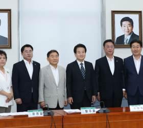 [포토사오정]민평당에도 걸린 <!HS>김대중<!HE>·노무현 두 전직 대통령의 초상