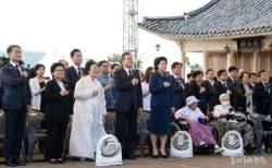 문 대통령과 위안부 할머니들 사진에서 주목된 '이것'