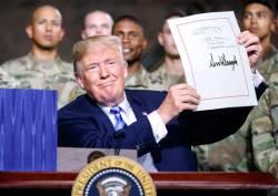 [사진] <!HS>트럼프<!HE> 국방수권법안 서명 … 주한미군 감축 제한