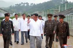 김정은, 비에 흠뻑 젖어도···그칠 줄 모르는 원산 사랑