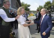 [서소문사진관] 푸틴이 왜 오스트리아 외무장관 결혼식에?