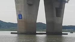 [단독] 소방관 2명 숨진 2m 낭떠러지 강, 방치하다 또 사고