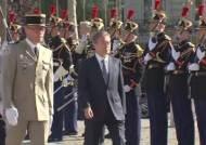 프랑스서 6·25 참전용사 만난 문 대통령…'희생 가슴에 살아있다'