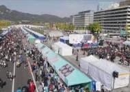 [부산 위아자]부산대 총장 휘호 100만원…명사 기증품 경매 치열한 눈치작전