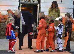 [서소문사진관] 트럼프 대통령 백악관 핼러윈 행사에서 아이들에게 준 것은