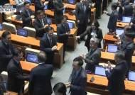 국회 본회의장 나가려던 김성태, 文 다가오자 멈추고 악수