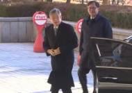 '사법농단 의혹' 고영한 전 대법관, 14시간 조사 받고 귀가