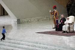 [서소문사진관]단상에 올라온 아이, '놀게' 내버려둔 교황