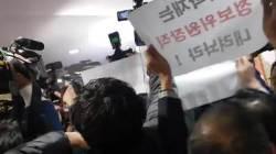 """이학재 탈당 발표 직후 몸싸움···""""국회관례"""" """"장물아비"""""""