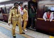 [서소문사진관] '로큰롤의 황제' 엘비스 프레슬리 복장 시민들 호주 시드니 중앙역에 몰려든 이유