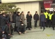 [서소문사진관]양승태, 회견은 검찰 밖에서…포토라인은 그냥 지나쳐