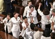 [서소문사진관]트럼프 국정연설에서 여성의원들이 흰옷을 입은 이유는?