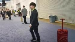 1m 가다 멈춘 캐리어 로봇…중국선 성공할때까지 밀어줬다