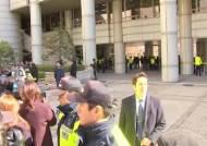 이명박 전 대통령, 보석 후 첫 재판 40분 만에 끝…지지자들 향해 주먹 '불끈'