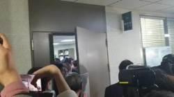 한국당 감금에 채이배 30cm 창틈 회견···패스트트랙 난장판
