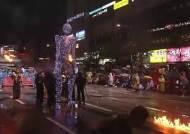 [눕터뷰]'강다니엘 안아준' 거대 인형 만든 이탈리아 장인 미켈레 눈노