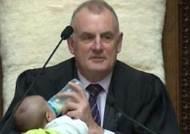 """""""VIP가 왔다""""…아기 젖병 물리며 회의 이끈 뉴질랜드 국회의장"""