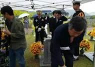 """""""그때는 더 많이 사랑할게"""" 9년 만에 해군상사 꿈 이룬 천안함 용사 어머니의 편지"""