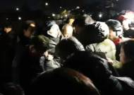 """영하 날씨에 靑 떠난 황교안···""""강한 모습을"""" """"개인 몸이냐"""" 몸싸움도"""