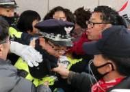 [현장에서]경찰에 침 뱉고 욕설하고…시위 아니라 폭력이다