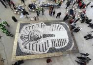 7260개 커피 컵으로 만든 투탕카멘, 기네스북 오른다